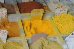 各种各样的香料在印地安市场上在古晋 库存照片