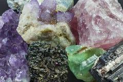 各种各样的水晶大片断  免版税库存图片