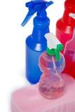 各种各样的洗涤剂浪花瓶和海绵垫在白色背景 图库摄影