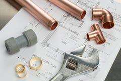 各种各样的水管工工具和配管材料在建筑H 免版税库存图片