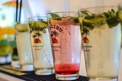 各种各样的coctail马利布兰姆酒喝在酒吧 免版税库存图片