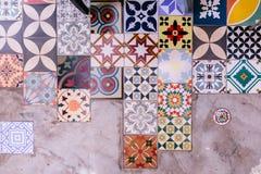 各种各样类型和颜色地板有水泥地板的正方形瓦片 库存图片