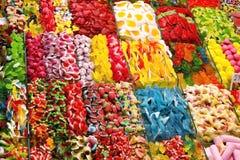 各种各样色的糖果在市场上 免版税库存图片