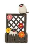 结合与花的猫头鹰在木篱芭 免版税库存照片