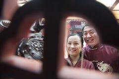 结合举行提供的香火在传统衣物的寺庙 免版税库存图片