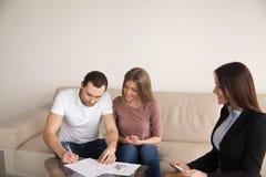 结合买的租赁的公寓的签署的协议,抵押 免版税库存照片