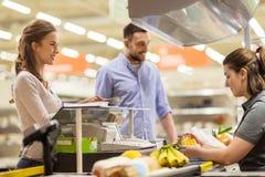 结合买的食物在杂货店收款机 免版税库存照片