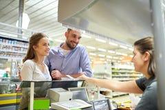 结合买的食物在杂货店收款机 图库摄影