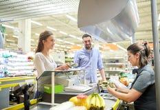 结合买的食物在杂货店收款机 库存图片