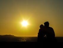 结合享受日落在风车在米科诺斯岛 免版税库存照片
