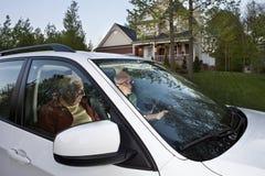 合伙使用汽车设置二的gps在家人 免版税库存照片