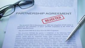 合作协议拒绝了,盖印封印的手在商业文件,特写镜头 股票视频