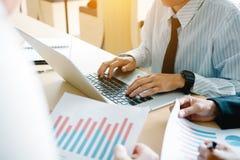 合作商人分析在办公室roo的综合报告图表 免版税库存照片