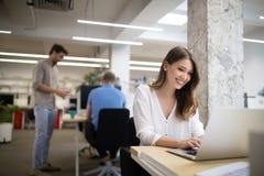 合作在信息技术公司开发的应用程序的程序员 免版税库存照片