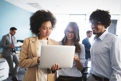 合作在信息技术公司开发的应用程序的程序员 库存图片