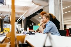 合作在办公室的商人 免版税库存照片