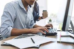 合作在开发的编程和网站的两个专业程序设计者运作软件的开发公司办公室, 免版税库存照片