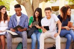 合作在校园里的项目的高中学生 免版税库存图片
