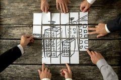 合作在都市发展的八位建筑师顶视图  免版税库存图片