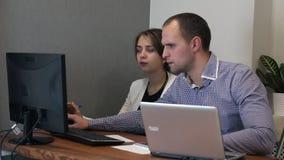 合作在项目的设计师,研究计算机在创造性的办公室 股票录像