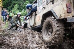 合作在Uaz克服一个坚硬坑的469条设置的补救沙子轨道 库存照片