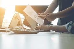 合作工作概念,队会议,使用膝上型计算机的商人在o 免版税库存照片
