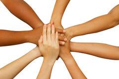 合作显示团结,汇集他们的手的人们 库存照片