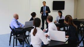 合作谈论企业项目在办公室 股票录像