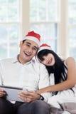 结合佩带的圣诞老人帽子和微笑在照相机 免版税库存图片