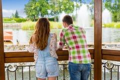 结合倾斜在木眺望台的栏杆 免版税库存图片