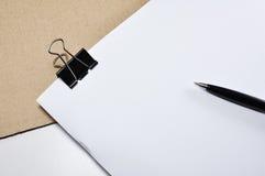 黑黏合剂夹子,在白色背景隔绝的笔 免版税库存照片