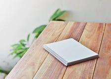 黏合剂笔记本空的白皮书页  免版税库存图片