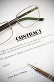 合同和笔与玻璃 免版税图库摄影