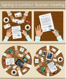 合同深度域浅签字 企业生意人cmputer服务台膝上型计算机会议微笑的联系与使用妇女 库存图片