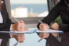 合同深度域浅签字 免版税图库摄影