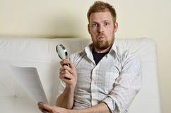 读合同的一个人的画象 免版税库存图片
