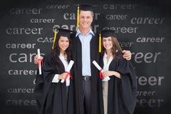 综合图象的全长三个朋友从学院一起毕业 库存图片