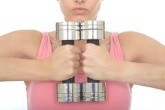 结合在一起使两沉默寡言的响铃重量的健康少妇 免版税库存照片