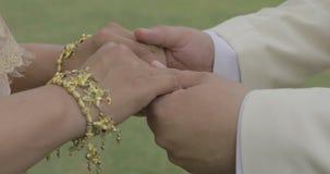 结合在一起使手的夫妇轻轻地 影视素材