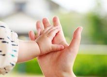 结合在一起使手的家庭场面、父母和婴孩 免版税库存照片