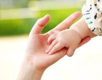 结合在一起使手的特写镜头父母和婴孩 免版税库存照片