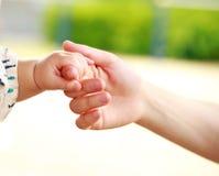 结合在一起使手的特写镜头父母和婴孩 免版税库存图片