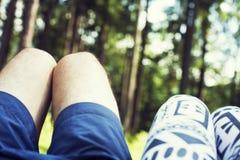 结合在爱浪漫室外的男人和妇女脚与秋天在背景时尚时髦样式的季节自然 人和女孩 免版税库存照片