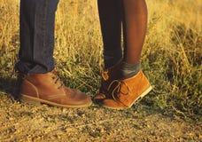 结合在爱浪漫室外的男人和妇女脚与秋天s 免版税库存照片