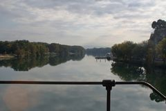 合并与天空的罗讷的水 免版税库存照片