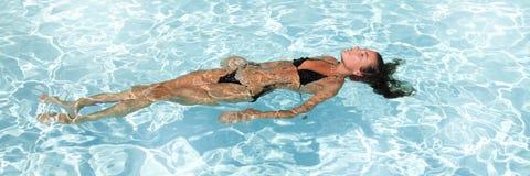 合并秀丽女孩游泳在比基尼泳装 免版税图库摄影