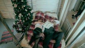 结合战斗与枕头近的装饰的圣诞树 股票录像