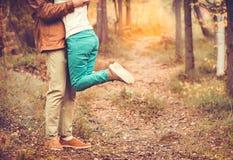 结合拥抱在爱浪漫关系的男人和妇女