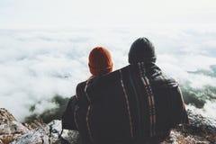 结合拥抱在围巾毯子下的男人和妇女 库存照片