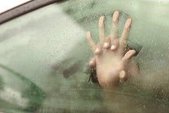 结合握有的手在汽车里面的性 免版税库存照片